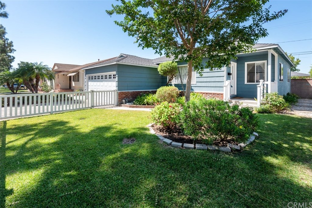 Photo for 4223 Knoxville Avenue, Lakewood, CA 90713 (MLS # PV19220689)