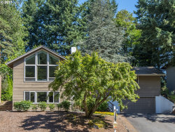Photo of 7 PREAKNESS CT, Lake Oswego, OR 97035 (MLS # 17383438)