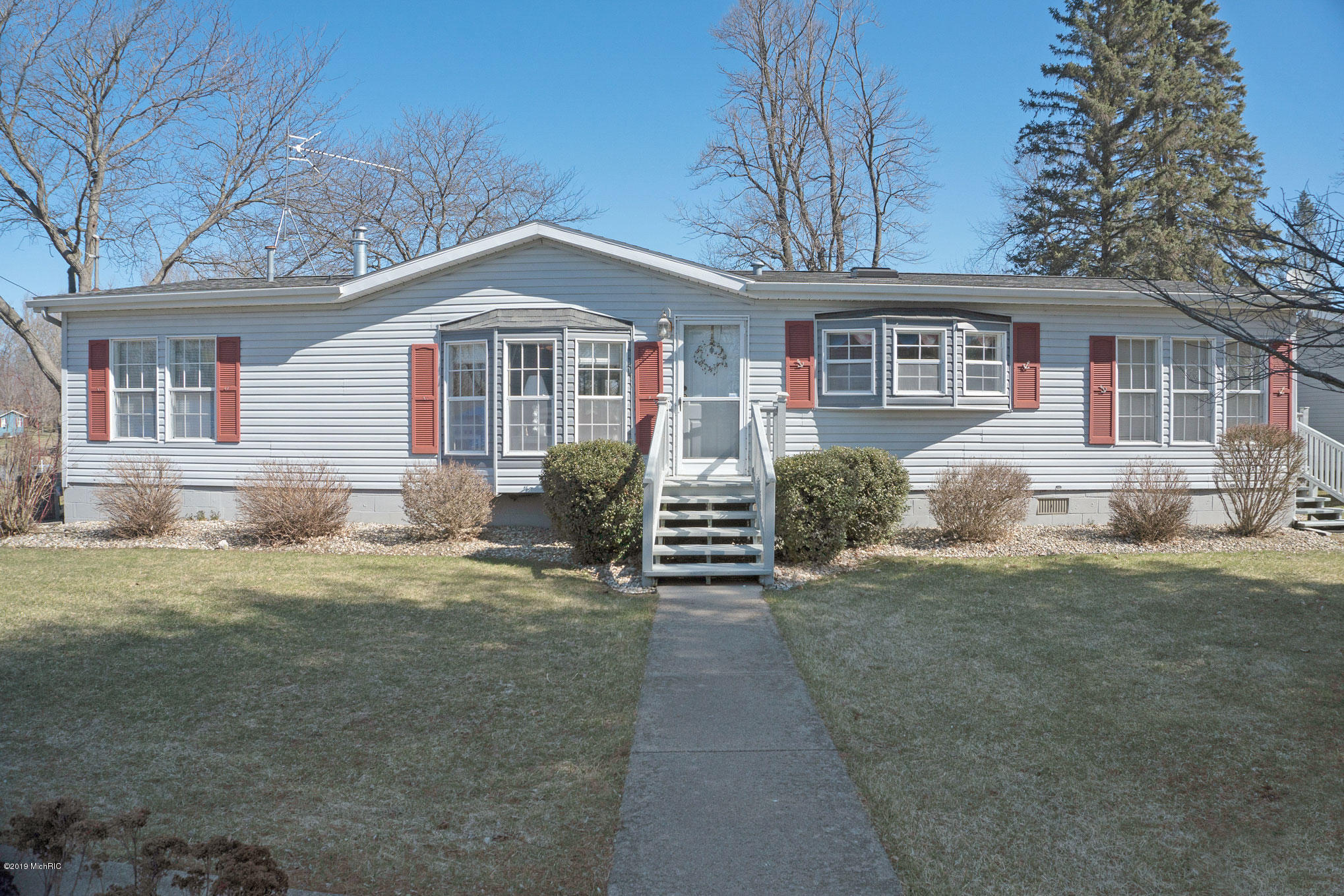 Photo for 46564 Lakeview Drive, Decatur, MI 49045 (MLS # 19012893)