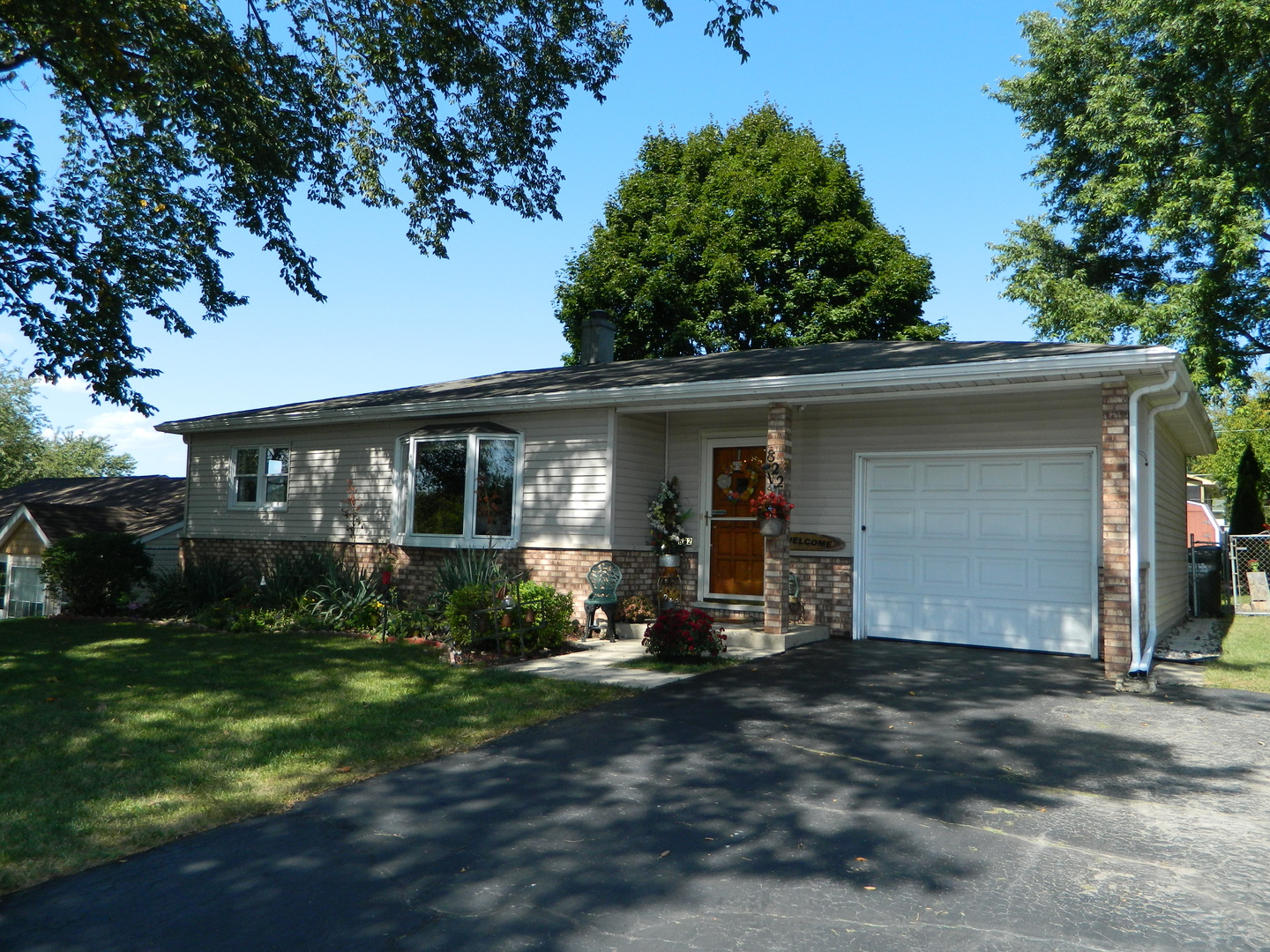 Photo for 822 Shawnee Trail, LAKE IN THE HILLS, IL 60156 (MLS # 10427588)