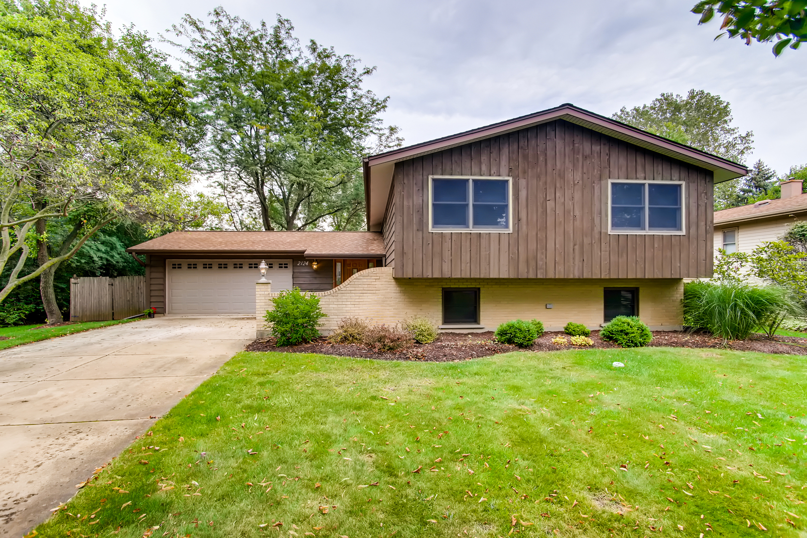 Photo for 2124 Midhurst Road, Downers Grove, IL 60516 (MLS # 10486305)