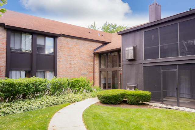 Photo for 720 St Andrews Lane, Unit Number 15, Crystal Lake, IL 60014 (MLS # 10513182)