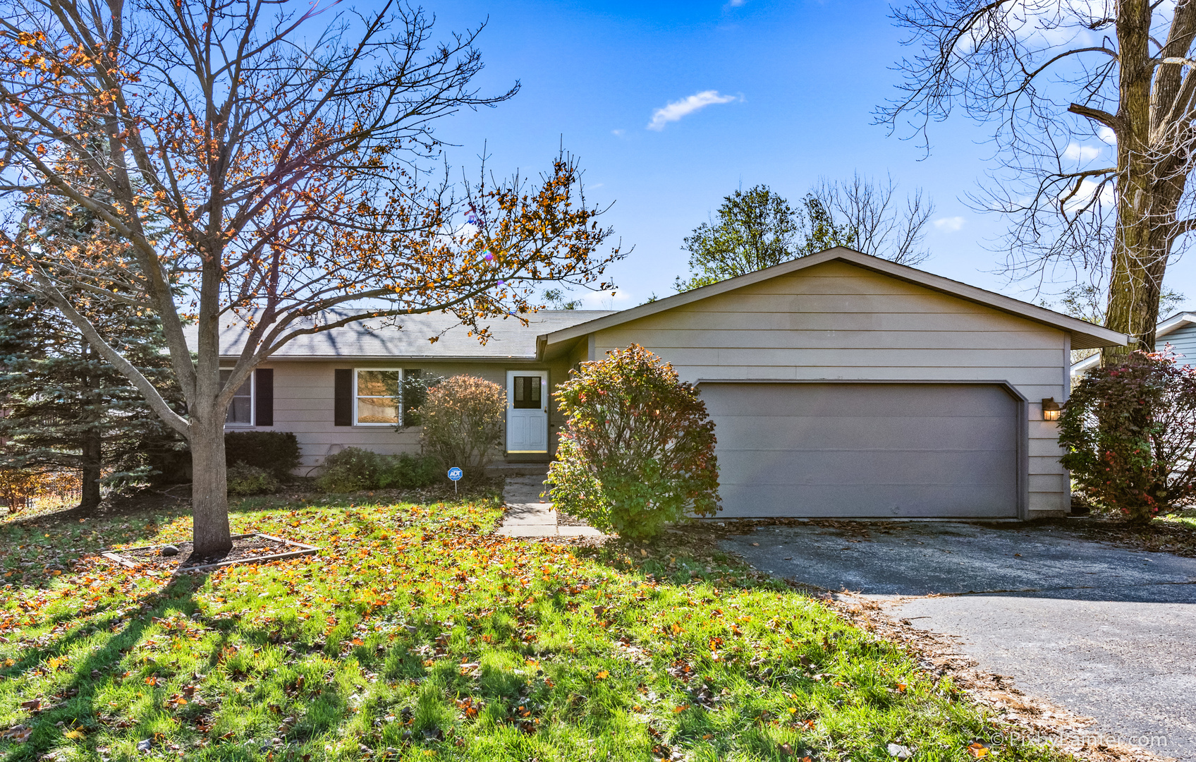 Photo for 827 Shawnee Trail, Lake In The Hills, IL 60156 (MLS # 10568456)